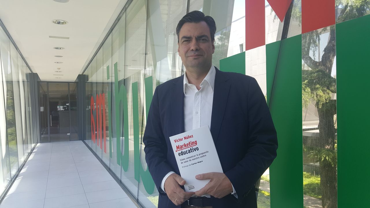 Víctor Núñez con su libro Marketing Educativo